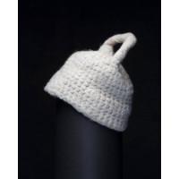 Белая стильная вязаная женская шапка