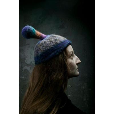 Декоративная вязаная шапка