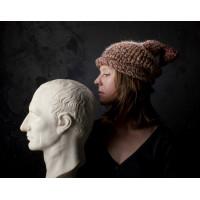 Стильная вязаная шапка из шерсти